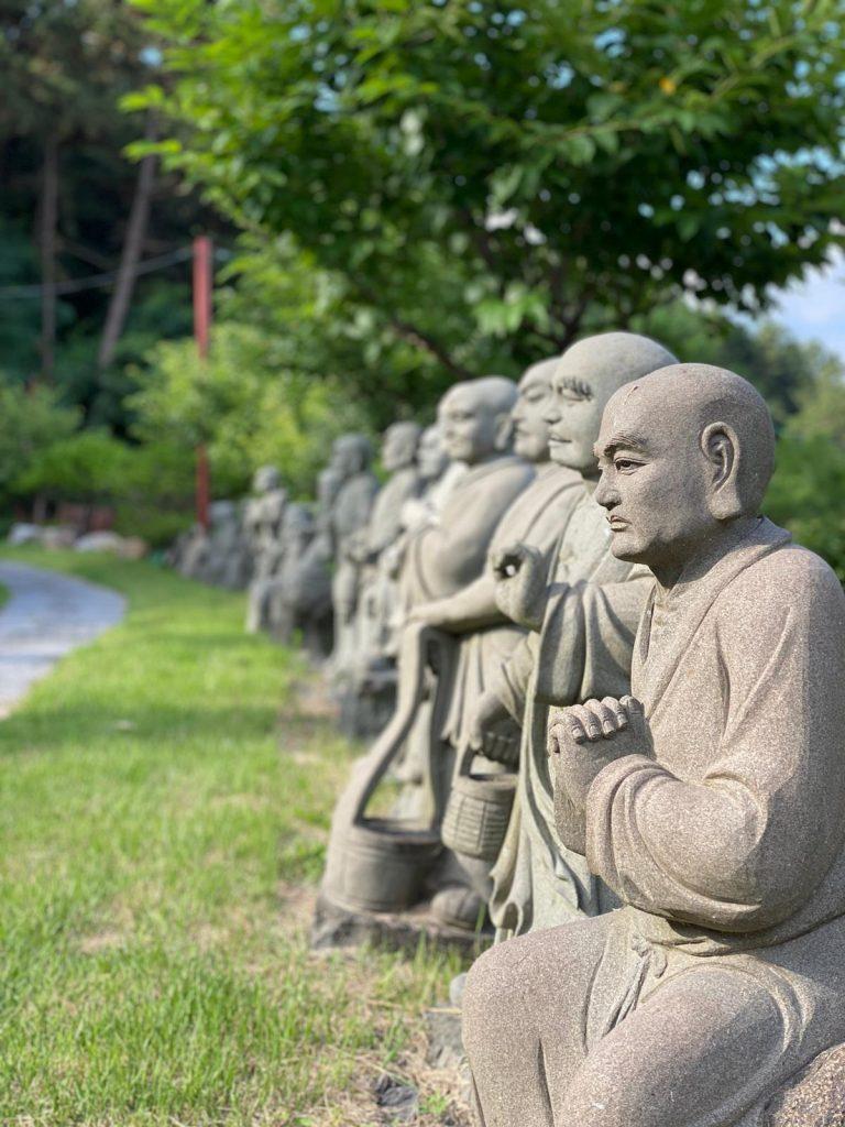 Statue nella foresta a Bomunsan, Daejeon