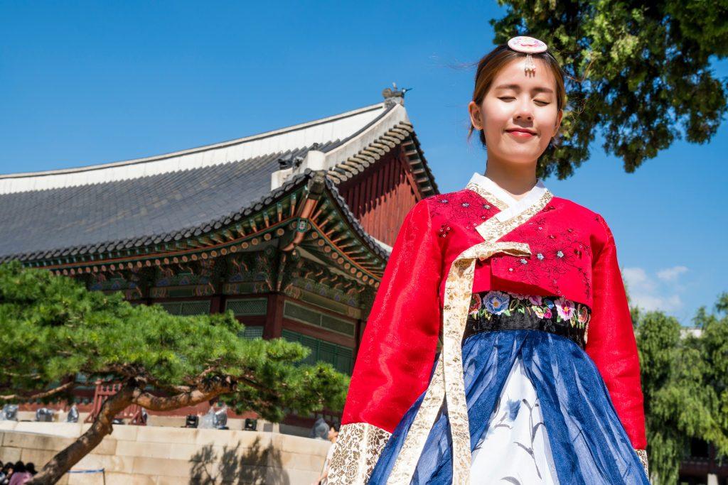 L'hanbok è il vestito tradizionale coreano, usato nelle festività